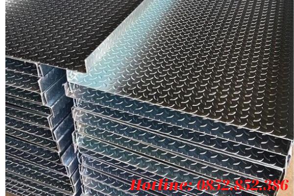 Thép tấm đen đục lỗ cũng có các thành phần cấu tạo và phương thức sản xuất tương đương với các loại thép tấm khác